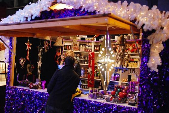"""Die Buden auf der """"Christmas Avenue"""" erinnern an übergroße Bonbons. (Foto: Helmut Löwe)"""