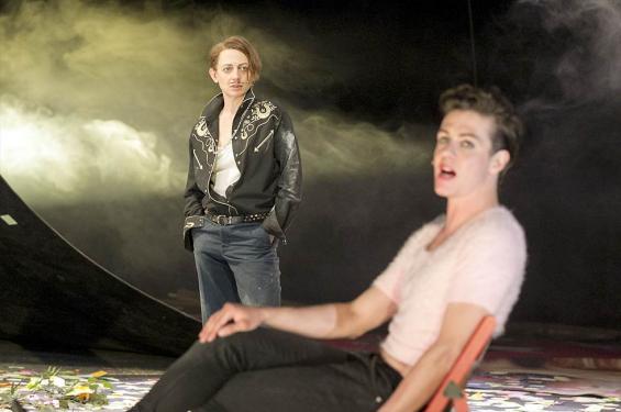 """Frau ist Mann (Katharina Schmalenberg, l.) und Mann ist Frau und Mann (Niklas Koehrt) in """"Wie es euch gefällt"""". Foto: David Baltzer / Schauspiel"""