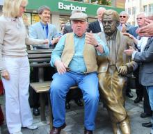 Im Leben nicht immer so friedlich beisammen: Peter Millowitsch nimmt neben seinem Bronze-Vater Willy Platz. Links Bürgermeisterin Elfi Scho-Antwerpes. Foto: Jürgen Schön