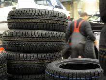 Fabrikfrische Winterreifen sind zwar teurer als runderneuerte Pneus, haben aber auch einen kürzeren Bremsweg. (Bild: dpa)