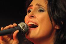 Sharon den Adel: glänzt mit toller Stimme. (Foto: Helmut Löwe)