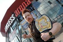 Sheamus: der rothaariger Wrestler vor dem Henkelmännchen.