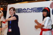 Drehen, springen, Hände wedeln: koeln.de-Reporterin Ronja Gasper (l.) testet die neue Xbox Kinect.