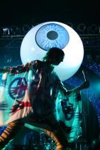 Ausgefallene Bühnendeko: Big eye is watching you (Foto:Julia Schmitz)
