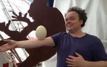 Zirkusdirektor Frédéric Zipperlin jongliert mit Eiern. (Foto: Viola Niedenhoff)