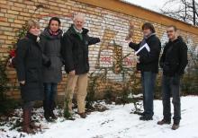 Zoodirektor Pagel (Mitte) zeigt, was bald durch legale Kunst ersetzt werden soll. Foto: Jürgen Schön